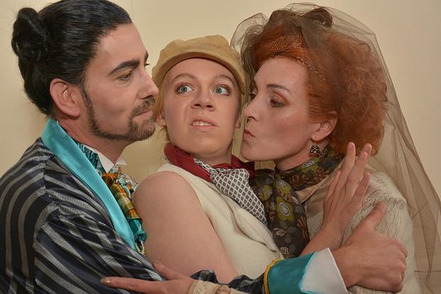 Wer liebt hier wen? v.l.n.r.: Herzog Orsino (Mirco Lambracht), Viola alias Cesario (Eva  Hildebrand) und Gräfin Olivia (Eva Heitzmann)_Bildrechte: Festspiele Breisach